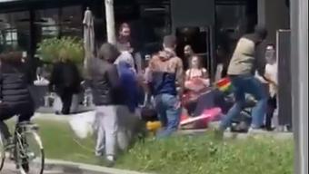 Das Video zeigt die Jugendlichen, wie sie den Infostand des Verbands «Achtung Liebe» verwüsten. Weniger als eine halbe Stunde später wurde dieser ein weiteres Mal zerstört.