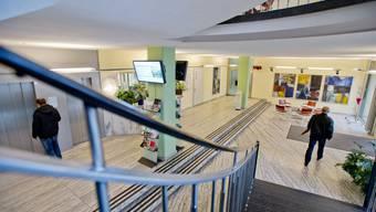 Das Erdgeschoss des Rathauses wird umgestaltet. Anstelle des Auskunftsschalters soll ein Durchgang zum neuen Gemeindebüro erstellt werden. Die beiden Stufen sollen erhalten bleiben.
