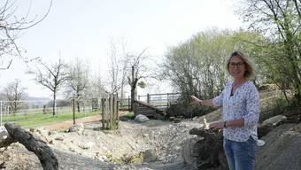 Susanne Hochuli auf ihrem Hof. Hier entsteht ein Regenwassertank.