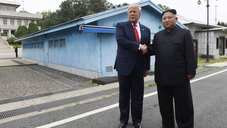 Donald Trump trifft Kim Jong Un an der Grenze von Spd- und Nordkorea.