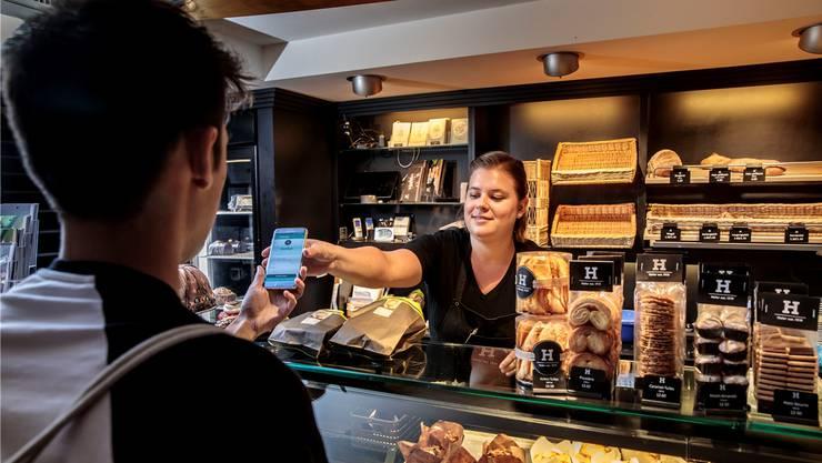Die Bäckerei Hofer am Solothurner Stalden: Verkäuferin Corinne Probst überprüft die Bestellung auf der App.