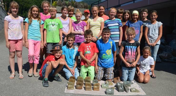Die Neuendörfer Ferienpasskinder sind stolz auf ihre aus Speckstein gefertigten Werke.