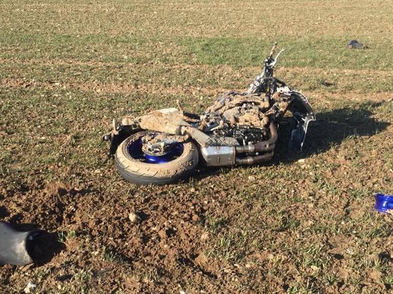 Villigen AG, 15. Februar: Ein 25-jährige Motorradfahrer wollte einen Lastwagen überholen und führ dabei frontal in ein entgegenkommendes Auto. Er wurde schwer verletzt.