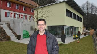 Architekt Adrian Zihler vor dem neuen, preisgekrönten Minergie-P-Haus.  erwin von arb Architekt Adrian Zihler vor dem neuen, preisgekrönten Minergie-P-Haus.  erwin von arb