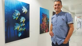 «Fledermausfische» und «Colors 4» von und mit Piero Ambrosone im Kantonsspital Olten bei seiner aktuellen Ausstellung «Wellenlänge».