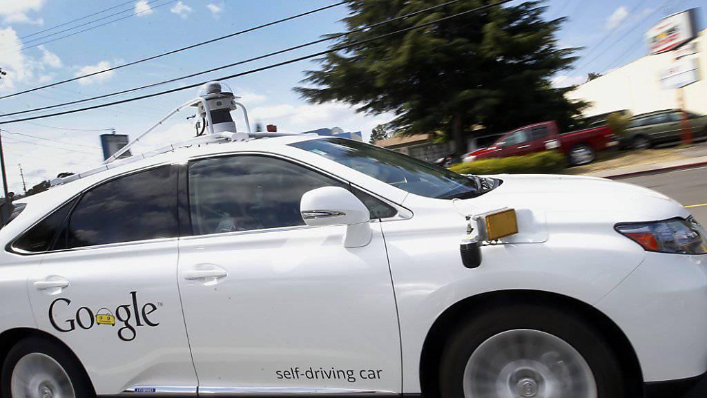 Google will die Behörden davon überzeugen, dass seine selbstfahrenden Autos künftig auch Lenkrad auf Strassen fahren dürfen (Archiv).