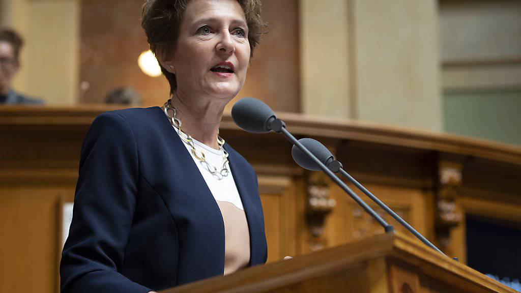 Bundesrätin Simonetta Sommaruga plädiert im Nationalrat für Massnahmen gegen Lohndiskriminierung. Mit Erfolg: Der Rat will grosse Unternehmen zu Lohnanalysen verpflichten.