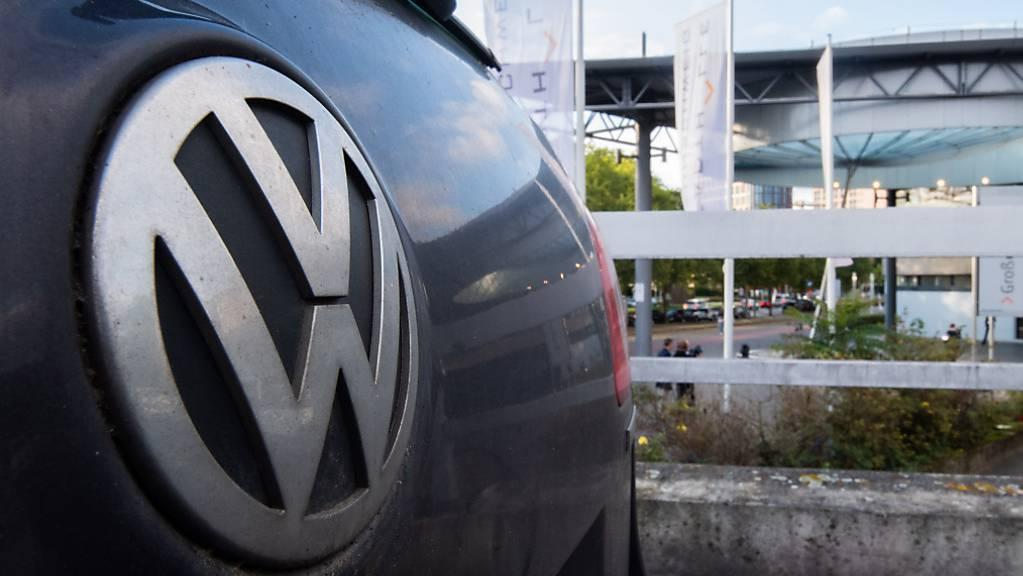Ein Volkswagen parkt vor der Stadthalle Braunschweig. In der Stadthalle beginnt ein Strafprozess des Landgerichts Braunschweig gegen vier Angeklagte im VW-Abgasskandal. (Archivbild)