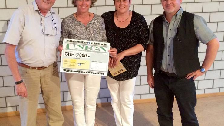 Peter Hess (li) und Markus Reist der Union übergeben den Check an Heidi von Siebenthal (li) und Ruth Stampfli vom Entlastungsdienst