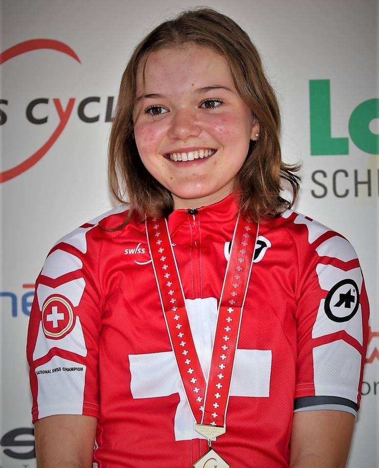 Noemi Rüegg darf nun ein Jahr lang das Trikot der Schweizermeisterin Juniorinnen tragen.