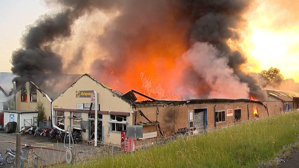 Grossbrand zerstört mehrere Lagerhallen in Laufen (BL)