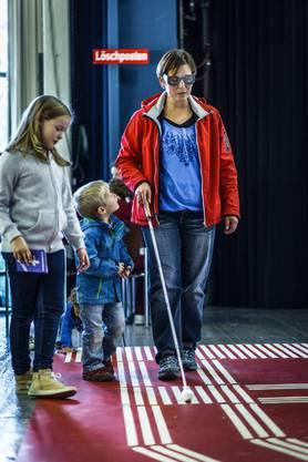 Was, wenn man nichts sieht? Mutter Corinne übt sich auf dem Parcours mit dem Blindenstock, assistiert von ihren Kindern Rahel (9 Jahre) und Noel (4 Jahre).