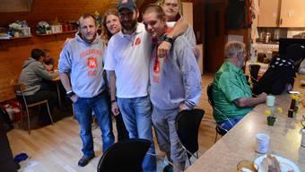 Marcel Bürgi in seiner Gassenküche zusammen mit seinen Freiwilligen, die ihm für Anerkennung und Gratis-Essen helfen.