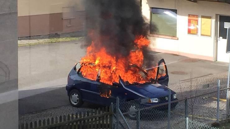 Am Donnerstagmorgen brannte in Hölstein ein Fahrzeug.