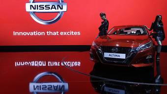 Der Autobauer Nissan erwartet wegen höherer Kosten in den USA und der Verhaftung des einstigen Konzernchefs, Carlos Ghosn, einen Gewinneinbruch im vergangenen Geschäftsjahr. (Archiv)