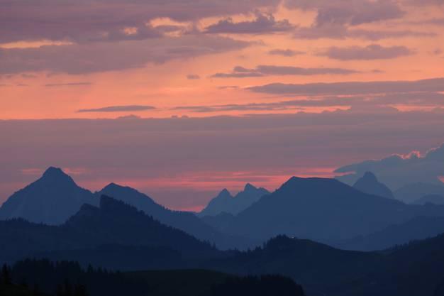 Märchenhaft: kurz vor Sonnenaufgang auf dem Niederhorn. Blick in Richtung Osten.
