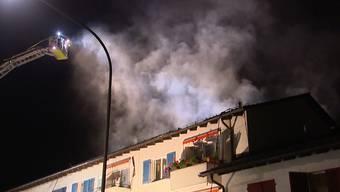 Am späten Dienstagabend geriet in Zürich ein Dachstock eines Reihenhauses in Brand. Mehrere Personen wurden evakuiert. Die Brandursache ist unklar.