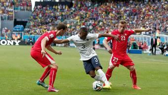 An der WM 2014 in Brasilien blieben die Schweizer mit Stephan Lichtsteiner (l.) und Xherdan Shaqiri (r.) gegen Frankreich beim 2:5 chancenlos.