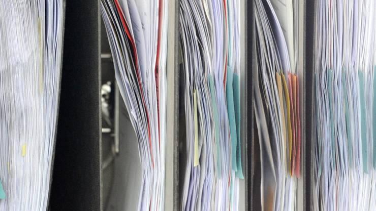 Akten stehen in einem Büro - 67,5 Prozent der Unternehmen klagen über eine hohe oder eher hohe administrative Belastung. (Symbolbild)