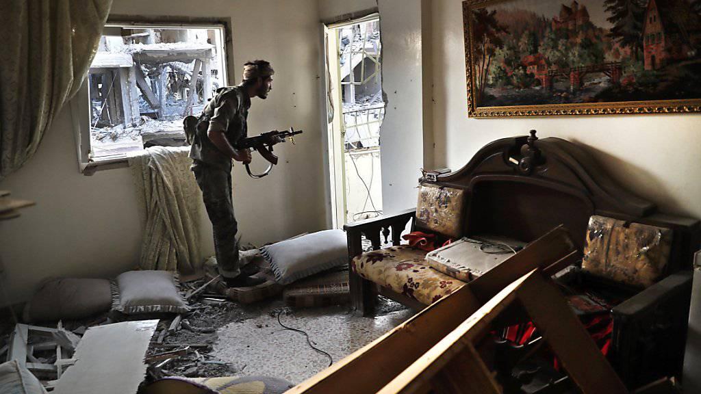 Ein Kämpfer des SDF bringt sich in einer zerstörten Wohnung an der Frontlinie in der umkämpfen Stadt Rakka in Stellung gegen die Kämpfer des IS. (Archivbild)
