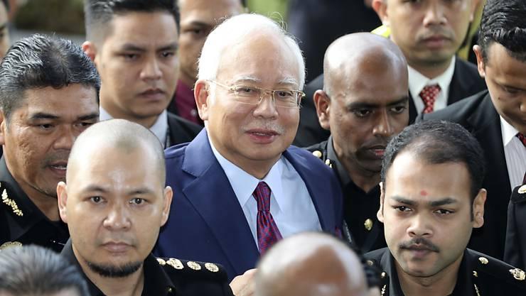 Soll Millionen Staatsgelder veruntreut haben: Malaysias Ex-Premier Najib Razak (Mitte, mit Krawatte) bei einem früheren Gerichtstermin. (Archiv)