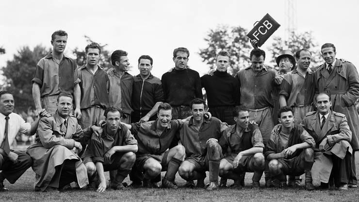 1. Titel, 1953: Die Spieler des FC Basel nach einem Heimsieg gegen die Grasshoppers aus Zürich. Nach dem Spiel stand der erste Meistertitel in der Klubgeschichte fest.