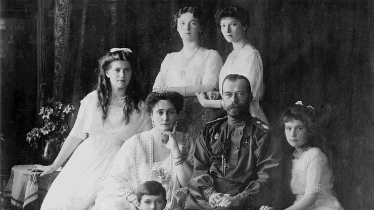 Zar Nikolaus II. und seine Familie in den 1910er-Jahren: Am 15. März 1917 wurde er als Oberbefehlshaber abgelöst. Das Ende des Zarenmacht. Ullstein