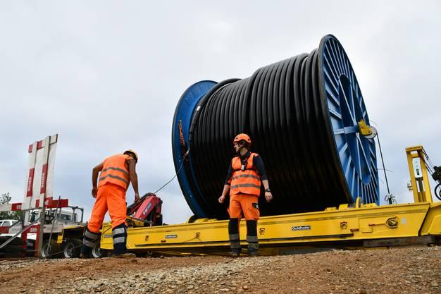 Der Durchmesser der Kabelrolle beträgt 4,6 Meter, das sind auch für den bekannten Kabelhersteller neue Dimensionen. Das Gewicht der Kabelrolle inklusive einem Kabel beträgt ca. 40 Tonnen.