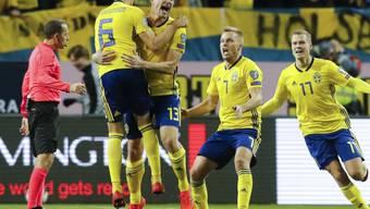 Die Schweden bejubeln das 1:0 von Jakob Johansson (2. von links)