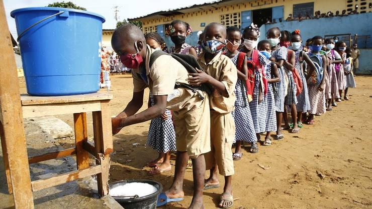 Händewaschen ist teilweise nur schwierig möglich, da viele Menschen nicht über fliessendes Wasser verfügen.