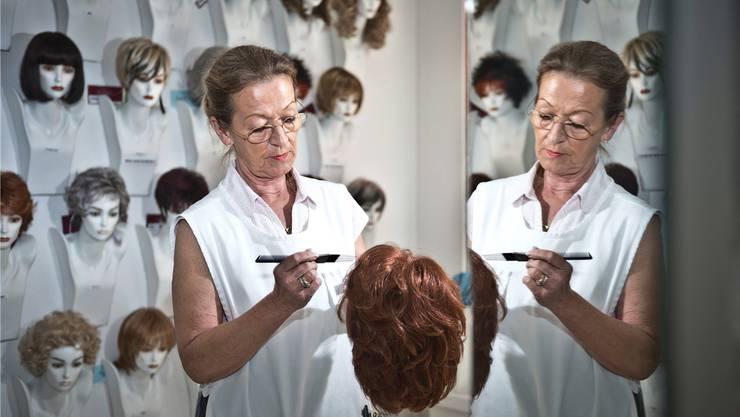 Präzisionsarbeit: Zweithaarspezialistin Norma Aviolat frisiert eine Perücke. Annika Bütschi