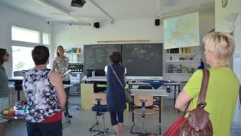 Neugierige Besucher im Schulheim auf Schloss Kasteln