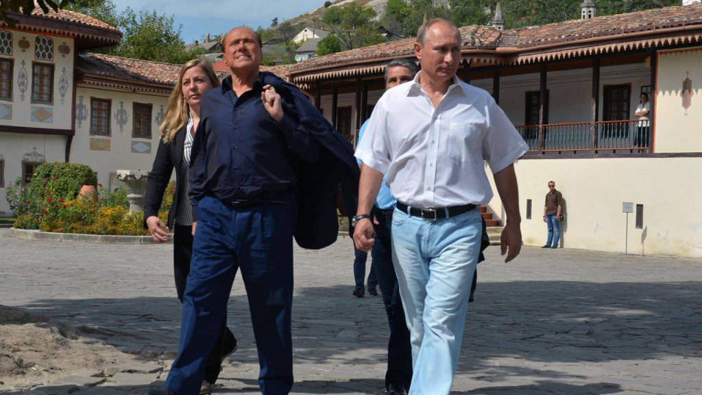 Gastgeber Wladimir Putin (r) und Silvio Berlusconi auf der Krim