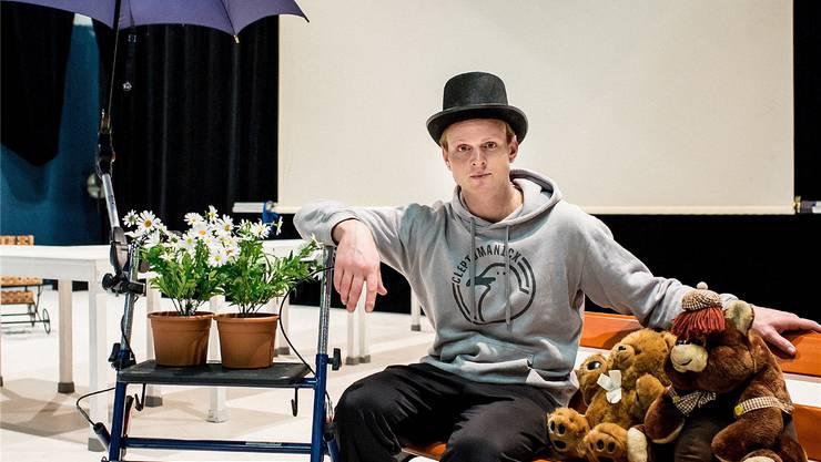 Performer Markus Schäfer mit den Hinterlassenschaften der verstorbenen Margot im Theater Roxy Birsfelden.