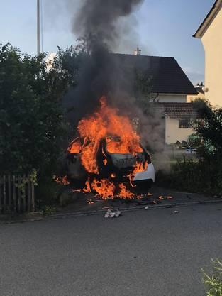 Der Fahrer wollte sich eine Zigarette anzünden und setzte dabei das ganze Auto in Brand.