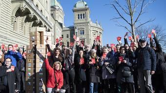 Gegnerinnen und Gegner der E-ID reichen 64'000 Unterschriften gegen das Gesetz ein.