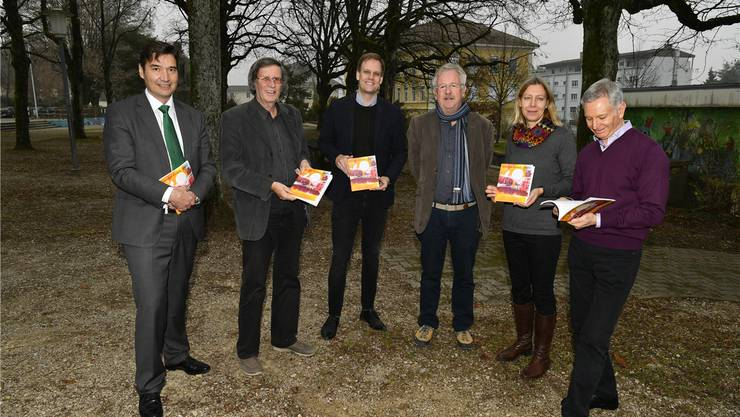 Von links: Stadtpräsident François Scheidegger, Thomas Schärli (Redaktionsleitung), Silvan Granig (Redaktion),Claude Barbey (Titelblatt), Salomé Moser (Redaktion) und Pino Simili (Illustrationen).