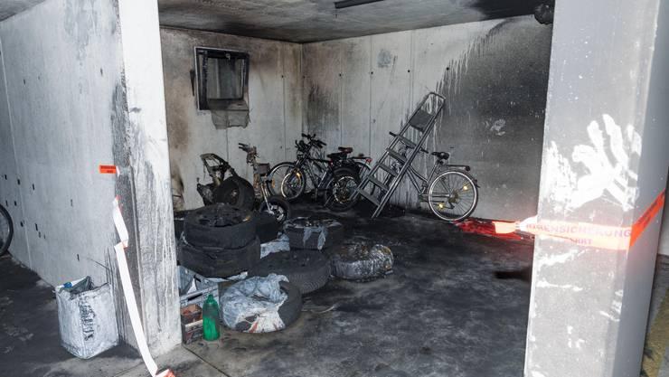 In Oberwil geriet die Einstellhalle eines Mehrfamilienhauses in Brand.