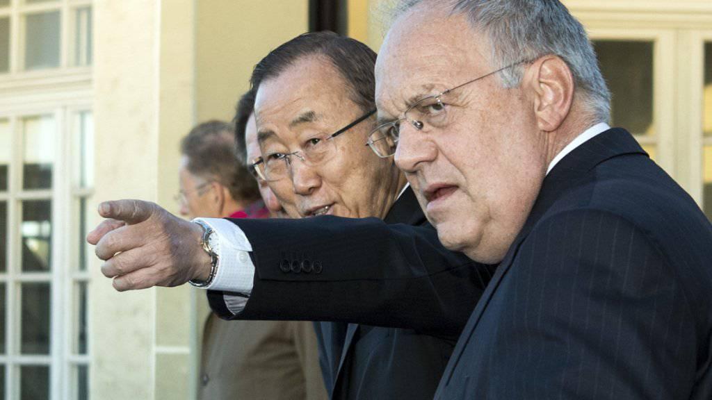Was er dem Berner Schneider-Ammann (rechts) wohl in der Bundesstadt zeigt? UNO-Generalsekretär Ban Ki Moon einmal nicht in New York oder Genf, sondern mit dem Bundespräsidenten auf Abschiedsspaziergang durch die Altstadt von Bern.