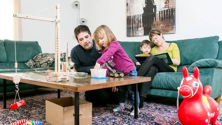 Lesen, spielen, kochen: Mit den Kindern gibt es zuhause immer etwas zu tun. (Symbolbild)