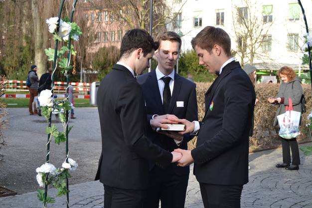 Männerheirat-Aktion in Aarau gegen die CVP-Initaitive