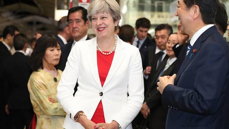 Grossbritanniens Premierministerin Theresa May (hier mit ihrem japanischen Kollegen Shinzo Abe) hat während eines Staatsbesuches in Japan bekannt gegeben, dass sie bei der nächsten regulären Parlamentswahl in Grossbritannien wieder gewählt werden möchte.