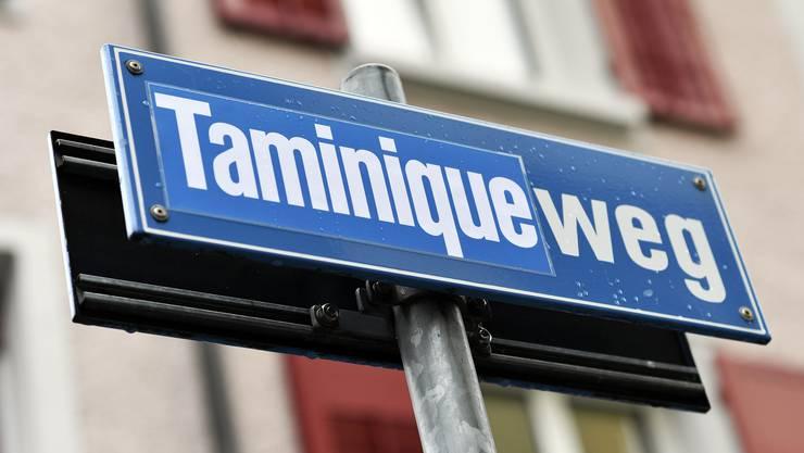 Überklebter Strassenname am Frauentag: Aus dem Thomasweg wird der Taminiqueweg.