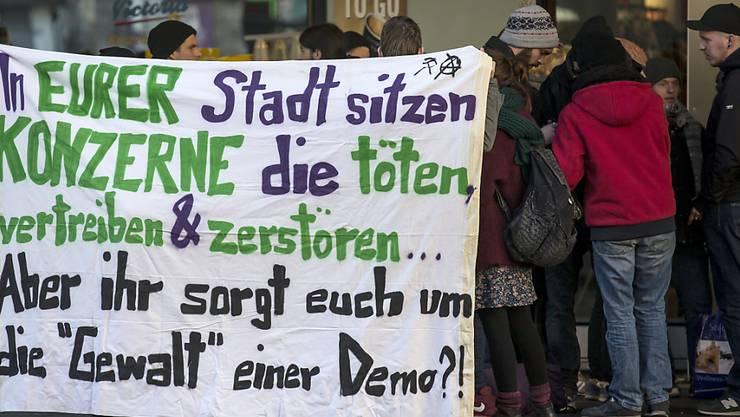 Dieses Jahr darf in Davos gegen das WEF demonstriert werden. Auch in anderen Städten wie 2016 in Zug war gegen die Veranstaltung protestiert worden (Archivbild).