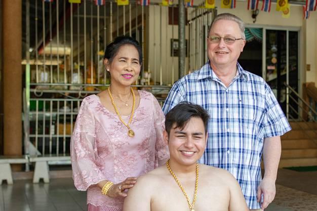 Robin Heiz und seine Eltern, kurz bevor die Zeremonie startet.