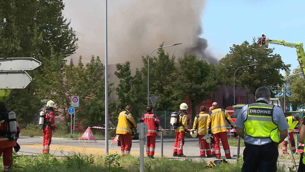 Schlieren: Brand in Recyclingbetrieb - starke Rauchentwicklung