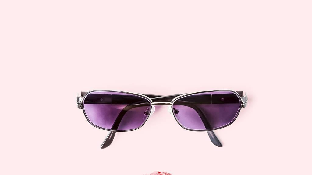 90er Sonnenbrille – die Gläser möglichst bunt und klein.