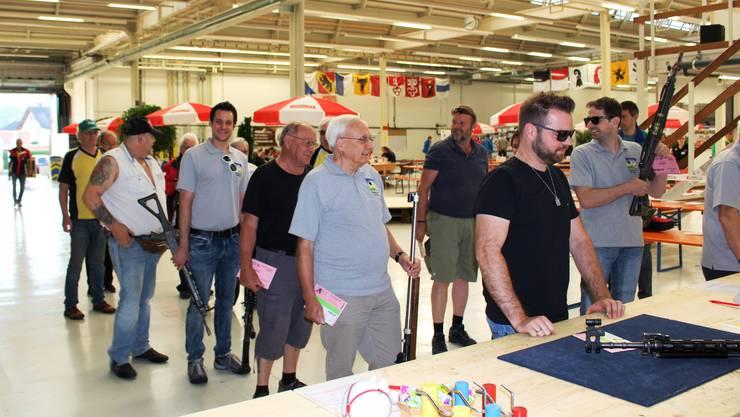 Einzelne Tellssöhne vom Schiessverein Gansingen bei der Waffenkontrolle