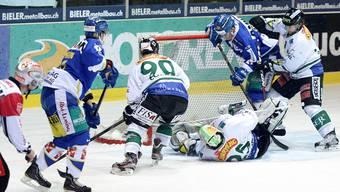 Beide Teams (Olten in Weiss) versuchten, sich wieder aufs Eishockey zu konzentrieren. BIERI