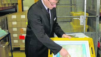 Im Kühlraum: Markus Wicki ist Fachtechnischer Leiter und Mitglied der Geschäftsleitung bei Voigt. Er legt für die Medien gleich selbst Hand an: in solche Klimaboxen muss der Impfstoff gekühlt verpackt werden. (my)